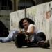 Moradores se protegem da troca de tiros na Rocinha Imagem: Youtube