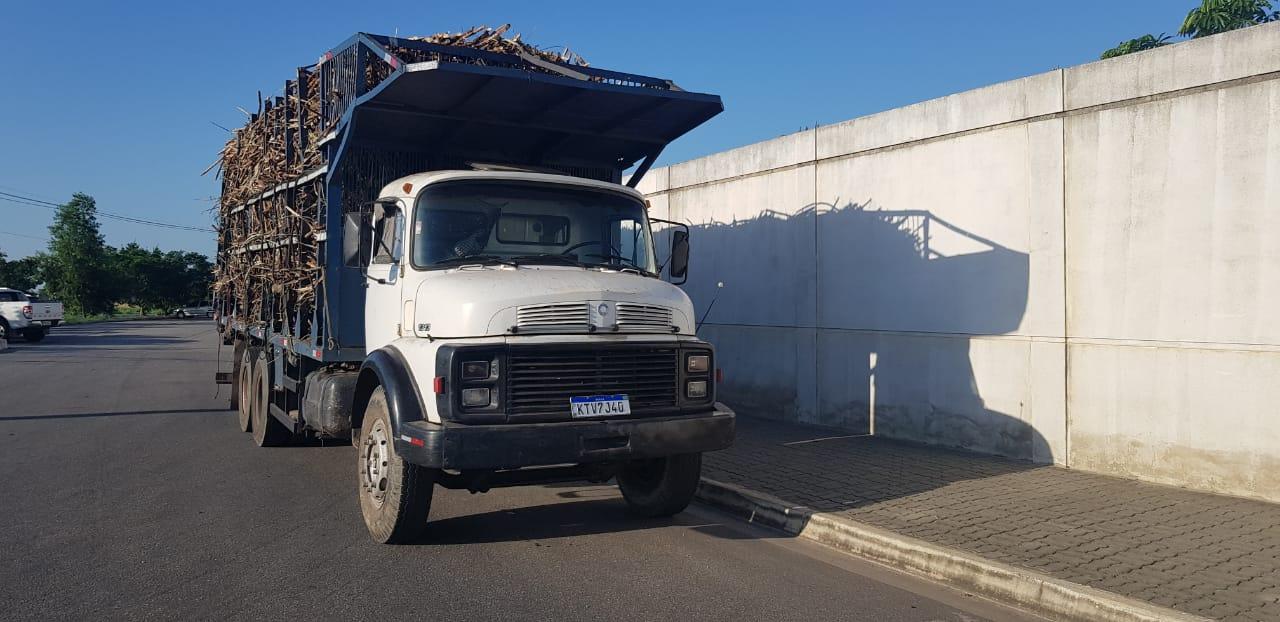 Caminhão de cana apreendido em CamposRJ