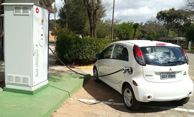 Carro elétrico recarregando a bateria