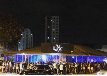 Público na fila para entrar na Boate Luxx Club Campos