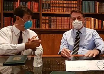 Bolsonaro e o ministro da Saúde de máscara