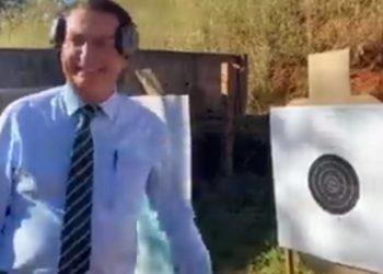 Bolsonaro praticando tiros