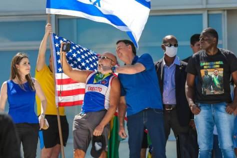 Bolsonaro ergeu bandeiras dos EUA e Israel