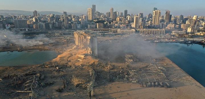 Imagem feita por drone mostra a local da explosão no porto de Beirute, no Líbano, nesta quarta-feira (5) — Foto: Hussein Malla/AP