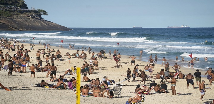 Praia de São Conrado tem aglomeração na tarde desta quarta-feira (5) — Foto: Marcos Serra Lima/G1