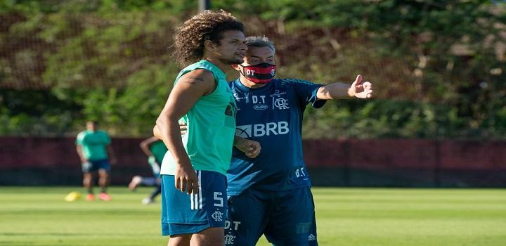 Domènec Torrent orienta Willian Arão no primeiro dia de treino — Foto: Alexandre Vidal / CRF