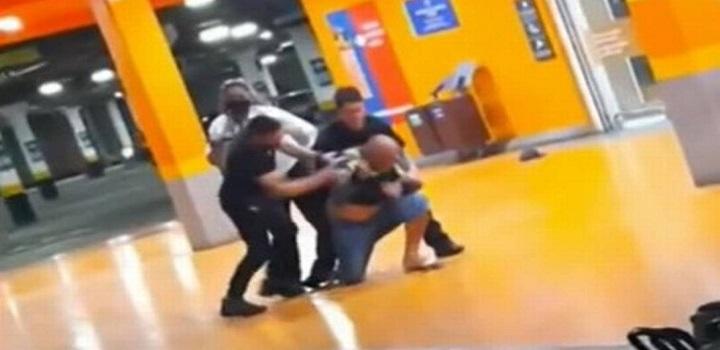 Trecho do vídeo que mostra João sendo espancado e morto, dentro do mercado Foto: Reprodução/Redes sociais