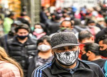 Pessoas usando mascaras contra a covid-19