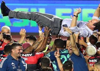 Flamengo perde para o São Paulo, mas conta com ajuda do Corinthians e celebra o título brasileiro