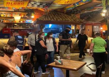 Bares e restaurantes no Rio de Janeiro foram flagrados, durante a noite deste sábado (6), desrespeitando as medidas restritivas