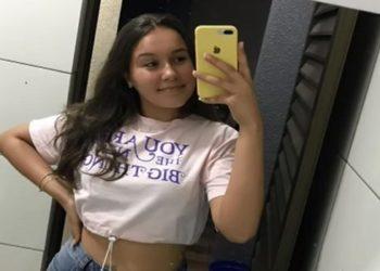 Adolescente foi morta a facadas enquanto dormia. Suspeito do crime morreu em uma batida de moto horas depois do crime, em Cascavel.