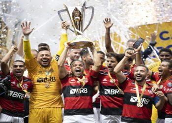 Em jogo eletrizante, o atual campeão Brasileiro, Flamengo, venceu neste domingo (11) o atual campeão da Copa do Brasil, Palmeiras