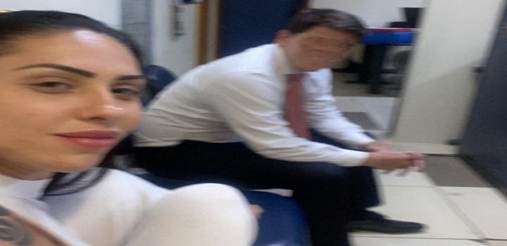 Monique Medeiros em selfie na delegacia: pernas para o alto e semi sorriso — Foto: Reprodução/Reprodução