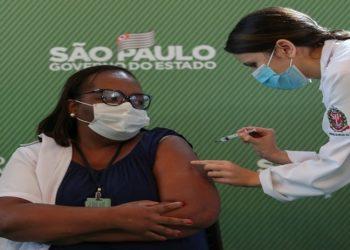 Com pouco mais de 29 milhões de doses de vacina aplicadas até esta sexta-feira (9), o Brasil só perde para Estados Unidos, China, Índia e Reino Unido