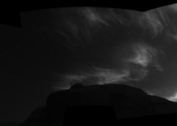 Situadas em maior altitude que outras nuvens e formadas em época do ano incomum, formações provavelmente são compostas por CO2 congelado, segundo laboratório da Nasa