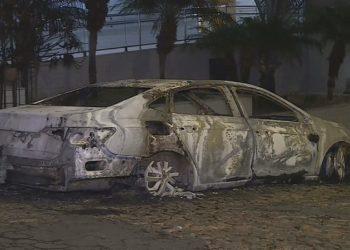 Carro foi queimado no bairro Colégio Batista, em Belo Horizonte — Foto: Reprodução/TV Globo