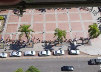 Longa fila em busca de comida no Restaurante do Povo, em Campos