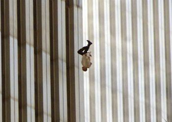 """O fotógrafo do """"O Homem Caindo"""" diz já ter refletido um pouco sobre quem era o homem que registrou pulando de uma das torres gêmeas"""