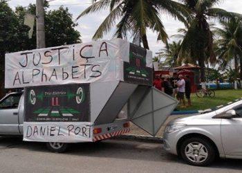 grupo de investidores revoltados com o fechamento de uma empresa suspeita de pirâmide financeira em Cabo Frio, na Região dos Lagos, na última quarta-feira, seguiu um carro de som