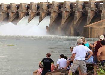 A usina hidrelétrica de Ilha Solteira, maior do Sudeste em potência instalada, chegou neste domingo à beira do colapso.