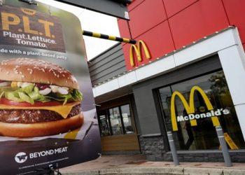 O McDonald's anunciou que vai iniciar a venda do novo hambúrguer vegetal da rede em oito restaurantes norte-americanos, a partir do dia 3 de novembro.